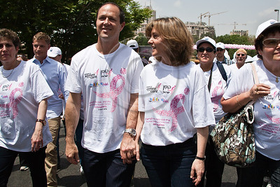 Jerusalem Mayor Nir Barkat and wife Beverly lead the 2nd annual Komen Israel Race for the Cure holding hands as they begin ascending Betzalel Street. Jerusalem, Israel. 3-May-2012.