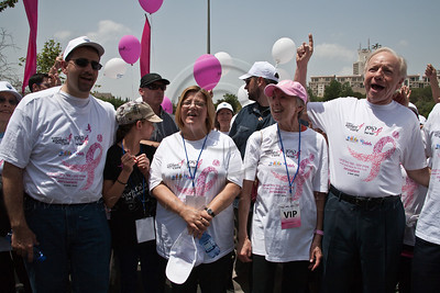 US Ambassador Dan Shapiro, wife and Israel Race chairperson, Julie Fisher, US Senator Joe Lieberman and wife and Komen consultant, Hadassah Lieberman, stand at starting line and count down to begin 2nd annual Komen Israel Race for the Cure. Jerusalem, Israel. 3-May-2012.